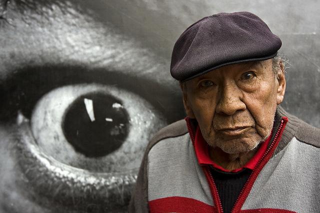 Carlos Chino Domínguez delante de su foto de Nicomedes Santa Cruz. Foto La República.