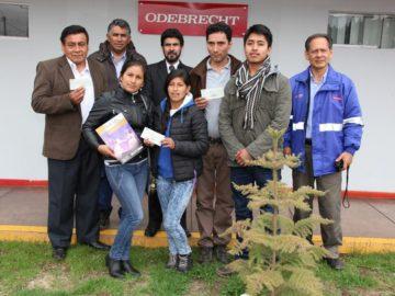 Representante del Ministerio de Cultura de Cusco Omar Bonet Gutierrez y los ganadores del concurso Su majestdad el Huayno.
